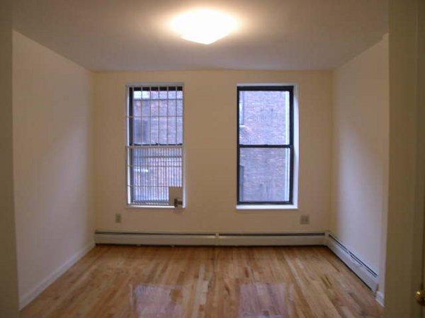 950 Columbus Avenue: Living room