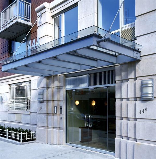 Manhattan Court: Entrance